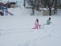 大きい雪だるまを作るんだ~♪